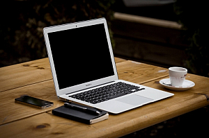 laptop outdoors bench coffee notepad